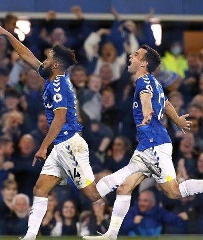 Pemain sayap Everton Andros Townsend (kiri) merayakan golnya ke gawang Burnley dalam lanjutan Liga Inggris di Stadion Goodison Park, Liverpool, Inggris, Senin (13/9/2021). Foto : Reuters.