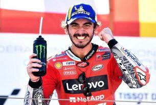 Pembalap Ducati Lenovo Francesco Bagnaia merayakan kemenangannya di podium usai balapan MotoGP Aragon Grand Prix di MotorLand Aragon, Alcaniz, Spanyol (12/9/2021). Foto : Reuters.